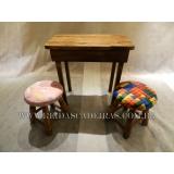 cadeira de madeira estofada com braço