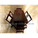 mesa com seis cadeiras de madeira